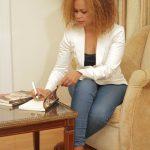 Autografando o seu 3º livro o romance 2 A última história de Amor