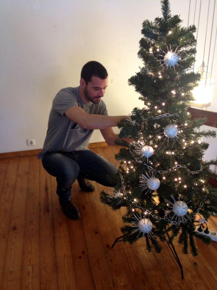 """""""Criação de árvore de Natal (2014) para a revista Activa, o mote, uma árvore de natal que refletisse a minha pessoa e o meu trabalho, por isso as bolas de natal eram bolas de esferovite com pregos e as fitas de natal, correntes com pingentes de candeeiros de cristal, objeto muito Primeira Casa da Rua"""""""