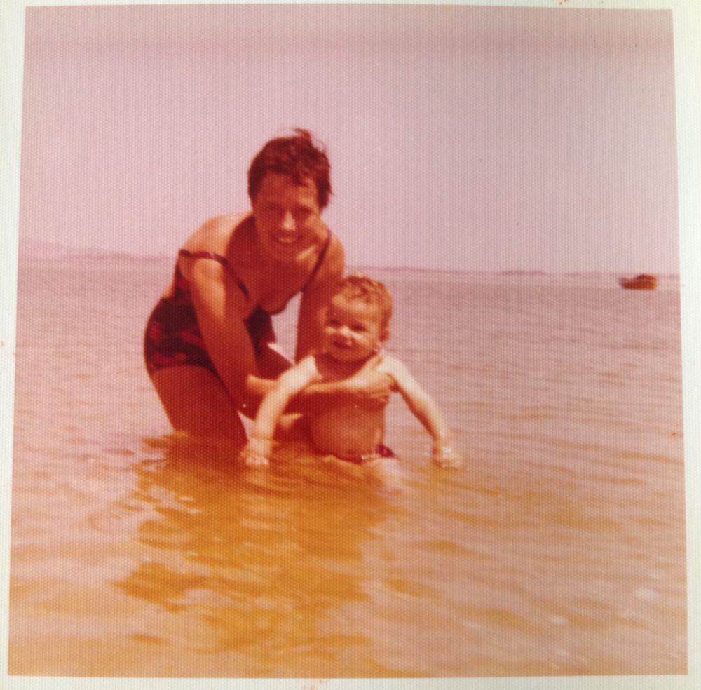 Uma das primeiras idas à praia. Foto tirada em Troia com a mãe