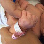 Neta agarra o dedo da avó