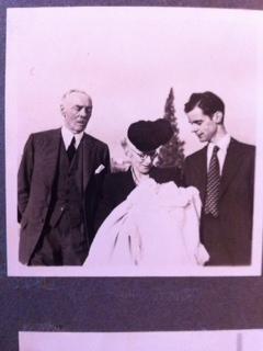 11 - Três gerações Avô William, Avó Maria, o meu pai e a minha irmã mais velha, a primeira neta