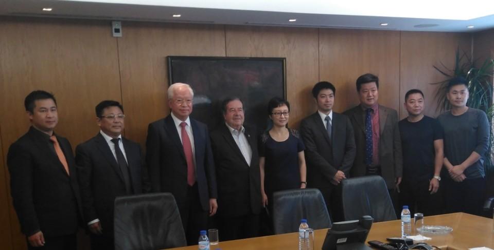 Choi Man Hin com Valdemar Alves e representantes da Comunidade chinesa