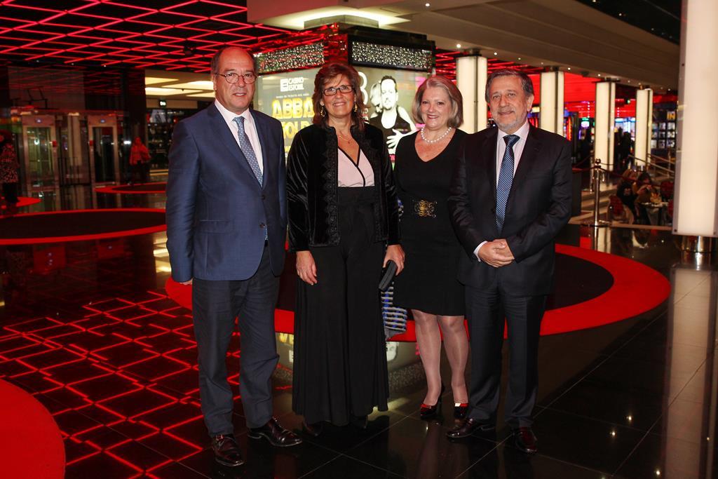 0056 - Carlos Carreiras e Sra. com Conceição e António Vieira Coelho, Adm. Estoril Sol (Copy)
