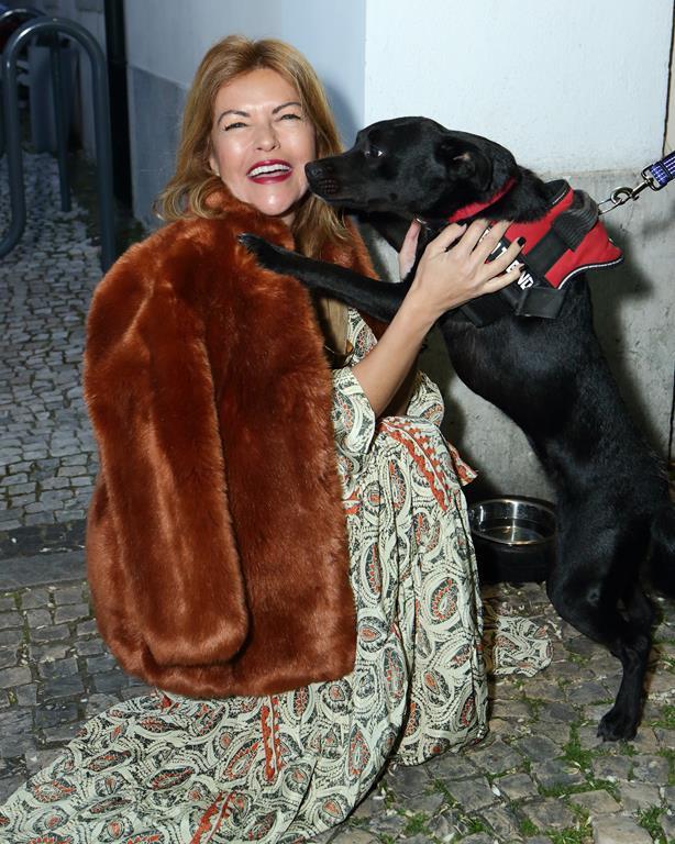 03.Isabel Angelino (apresentadora da gala) com a Retina ( cadela Aprinhada pelos conselheiros da visão) JAM_088 (Copy)